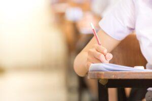 教員採用試験で講師は有利なのか?